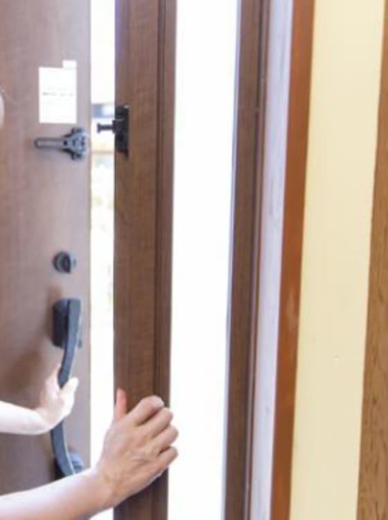 インターホンの受け答えでドアを開けてしまったら